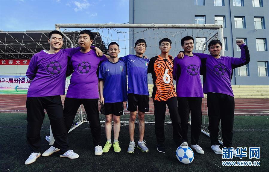 这是长春大学盲人足球队部分队员的合影(6月20日摄)。 新华社记者 许畅 摄